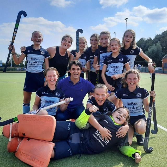 U12 girls 1 van Stix Hasselt trainen op samenspel en tactiek
