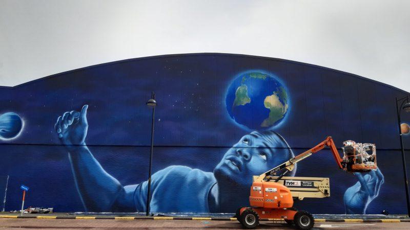 Muurschildering sporthal Colomba afgewerkt