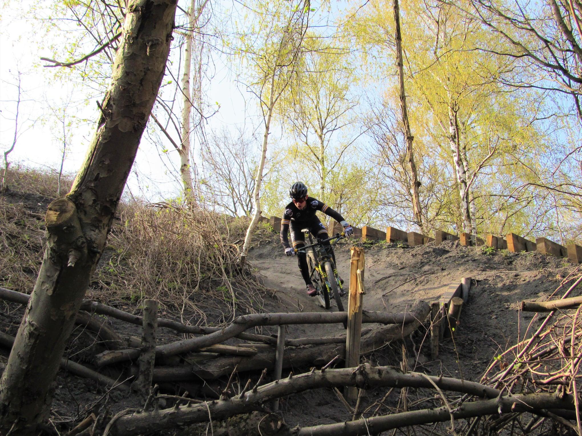 Mountainbiker Sander Hubrechts verzamelt 2.500 euro voor het goede doel door 150 keer de Beringse mijnterril te beklimmen