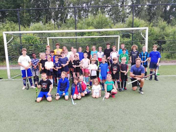 Spelertjes Hockey Rotselaar genieten van zomerkamp met Jérôme Dekeyser