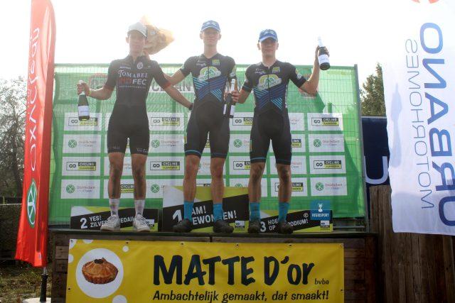 Het juniorenpodium vlnr tweede Gevaert, winnaar Van Den Boer en derde Jacobs