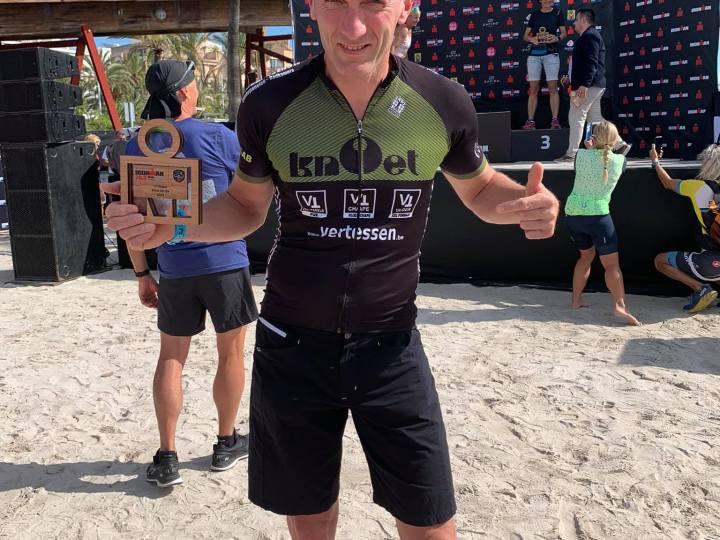 Benny Peeters wint zijn agegroup H50 in de Ironman 70.3 Mallorca