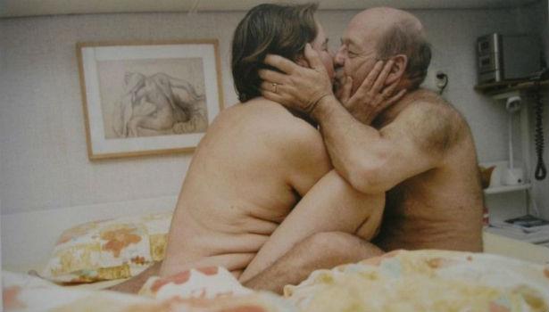 Idosos posam nus para mostrar que eles também transam