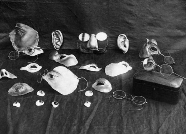 02 - Esses itens eram usados para disfarçar as lesões faciais.