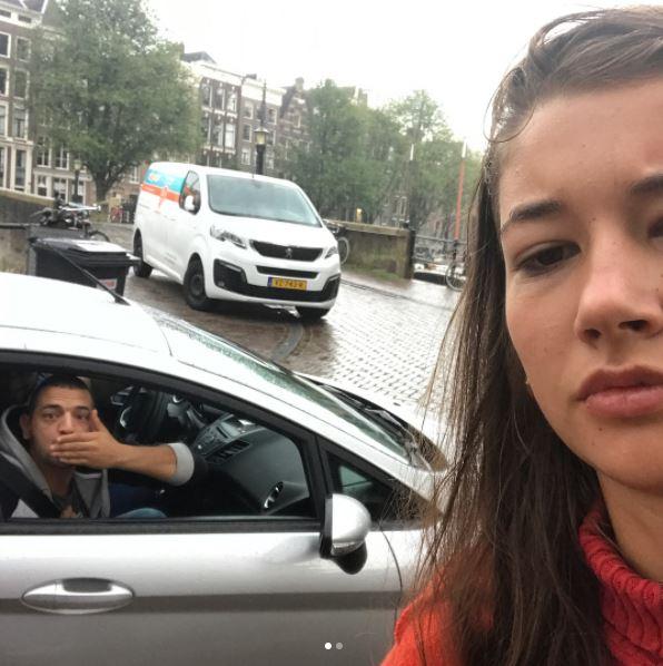Mulher tira selfie com assediadores e o que se vê é assustador