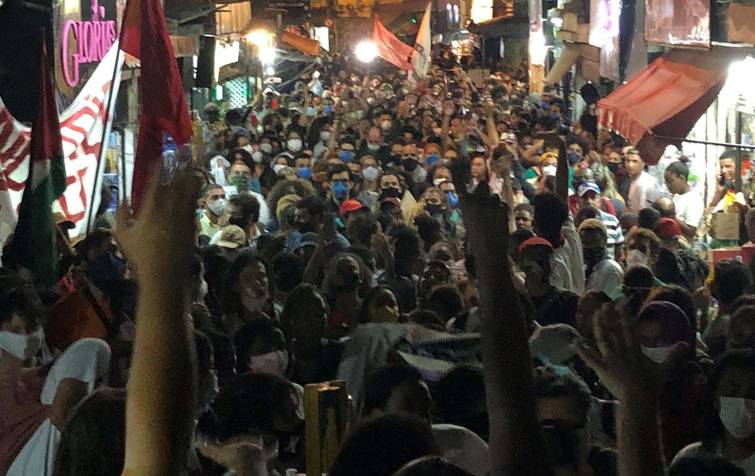 MANIFESTANTES PROTESTAM CONTRA CHACINA EM JACAREZINHO QUE DEIXOU 28 MORTOS