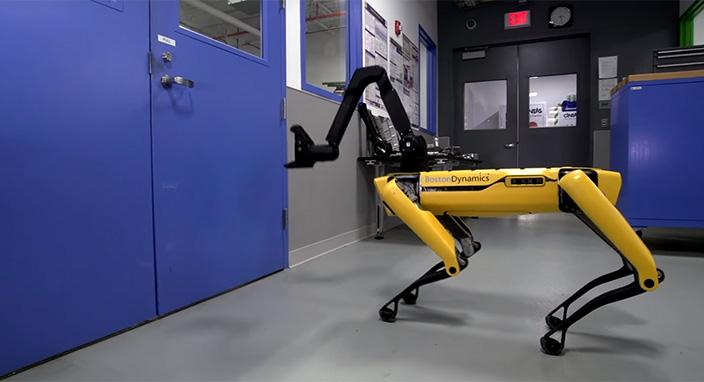 boston-dynamics-in-robot-kopekleri-simdi-de-kapilari-acabiliyor-10815668