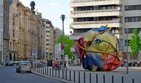Kunst im öffentlichen Raum: ein bunter Riesenknäuel