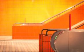 Treppenaufgang und Rolltreppe im Parkhaus des ICC Berlin - orange gekachelt
