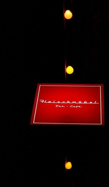 Bar und Cafe Fleischmöbel-Leuchtkörper bei Nacht
