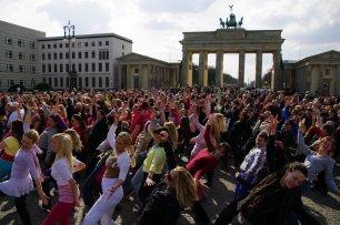 Bild-40-Zumba-Flashmob-Brandenburger-Tor