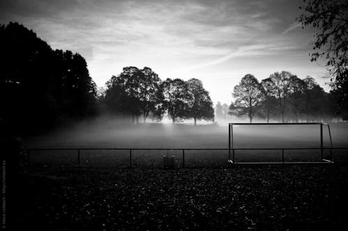 Ein Fußballplatz versunken im morgendlichen Nebel