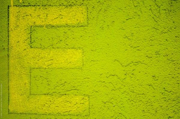 """Ein """"E"""" an einer grünen Hauswand"""
