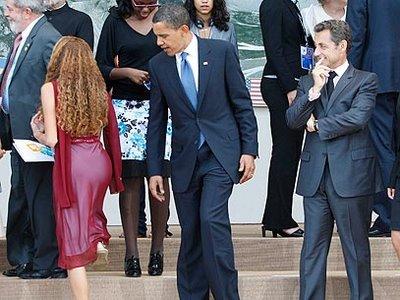 obama-sarkozy-olhando um bumbum