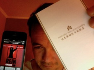 """Oktober 2012: Unser Hörer """"jetimnetz"""" lauscht den heimatlichen Klängen in einem Hotelzimmer in Beijing. Nicht mehr lange, und Hoobs & Broxi können auch in Peking nicht mehr ungestört durch die Strassen gehen, ohne von Fans umlagert zu werden ;-) DANKE!"""