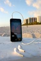 """November 2011: Unser Hörer """"Elbsucht"""" genießt """"reingemacht"""" am Strand von Miami Beach, im Hintergrund der Ocean Drive. Es gibt schlimmere Orte um unseren Podcast zu hören :-)"""