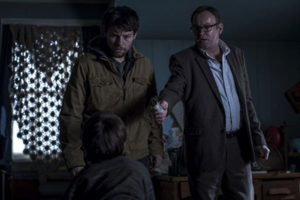 Los protagonistas, tratando de hacer un exorcismo a los guionistas