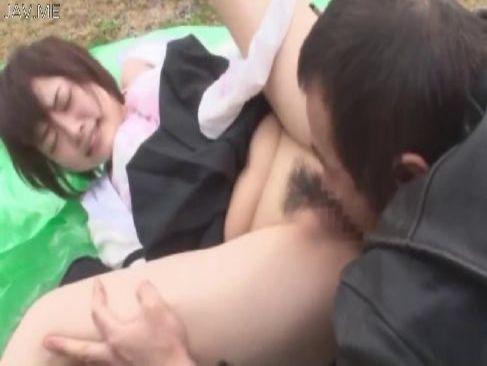 帰宅中の可愛い制服娘が強姦魔に襲われおまんこに中出しされる無理矢理脱がされ 動画