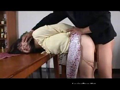 覆面強盗に脅されバックでおまんこを犯される黒髪人妻のれイプ 動画 38.5度無料