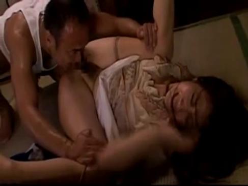 30代の幸の薄い三十路熟女妻が隣人に押し倒され犯されるれイプ 動画 38.5度無料