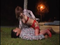真性痴女の里美ゆりあが男を押し倒して何度も寸止めや潮吹きさせてる逆れイプ 動画 38.5度