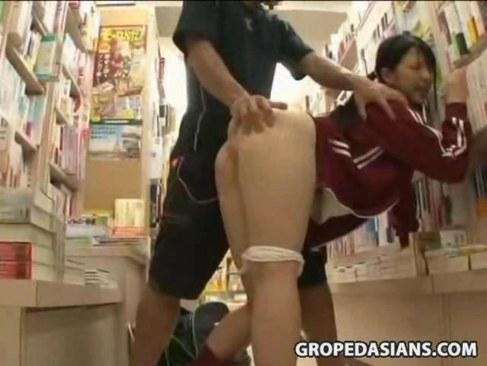 本屋で買い物中のジャージ美少女が強姦魔に無理矢理犯されるれイプ 動画 38.5度無料