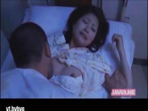 黒髪美少女が変態叔父さんに寝こみを襲われ中出しされるれイプ 動画 38.5度無料