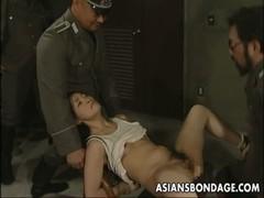 看守におまんこを犯される囚人の無料レイプ動画