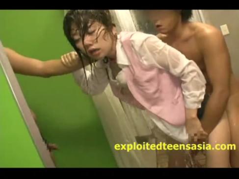 美人OLが会社のトイレで強姦魔に襲われる!全身びしょ濡れになりおまんこをハメられてるレイプ動画