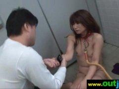 四十路熟年女が公衆便所で調教される!首輪を付けられたままチンポを咥えさせられてるレイプ動画