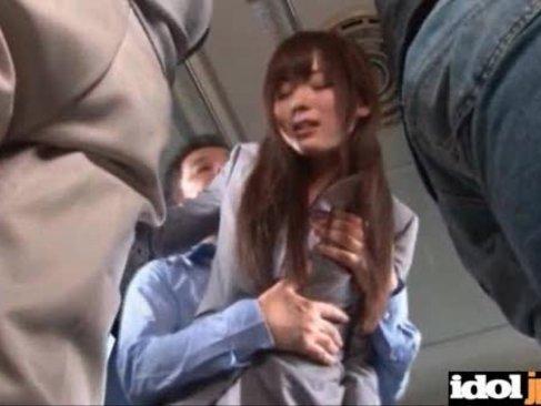 出勤中の新人OLがバスの中で痴漢集団に襲われて全身を凌辱されてしまう無理矢理イカされる動画無料