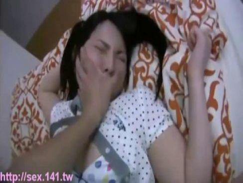 熟睡してる美巨乳娘に襲い掛かりおまんことアナルを嵌めてる無料レイプ動画