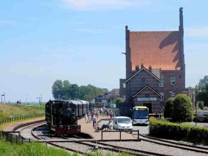 Stoomtrein Hoorn-Medemblik bij stationsgebouw Medemblik