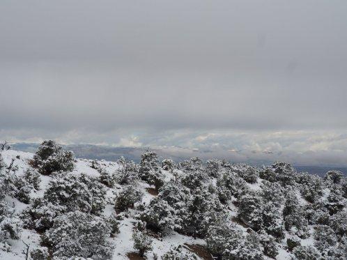 verschneiter Berg auf dem Weg