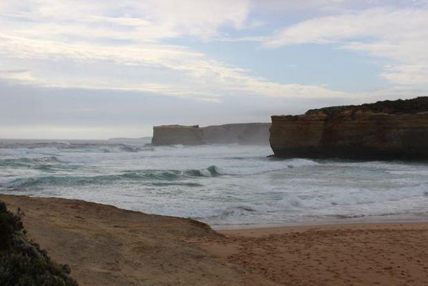 Nebel und riesige Wellen bei der Reise auf der Ocean Road in Australien