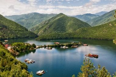 Das Watscha-Stausee in den bulgarischen Rhodopen