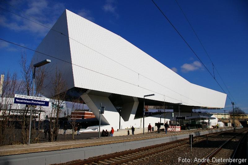 Porsche Museum von der S-Bahn Haltestelle Neuwirtshaus