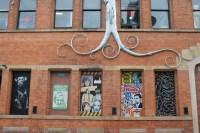 På veggen av Black Dog Ball Room finnes det mosaikk-kunst dersom du ser fra Tib Street.
