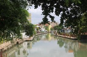 von Tourifähren gut befahrener Fluss