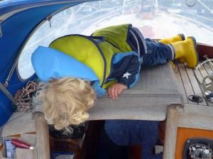 Kind klettert auf dem Schiebeluk