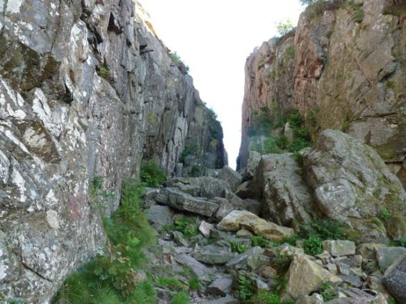 Felsberg mit bestimmt zehn Meter tiefer Kluft