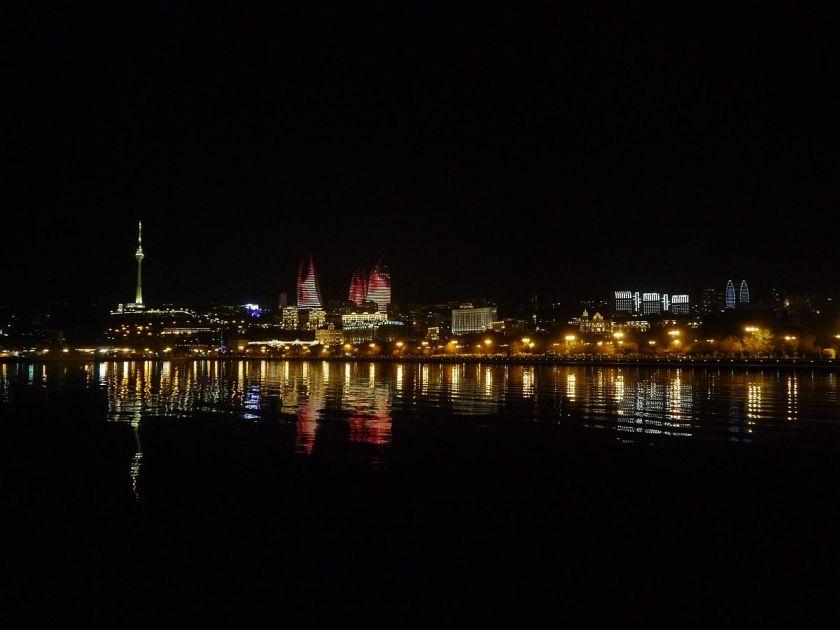 Nächtliche Skyline in Baku