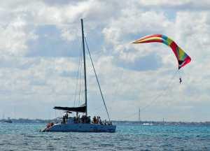 Mann fliegt über dem Meer am Spinnaker.