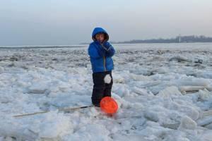 Junge lässt Eisscholle herunterfallen