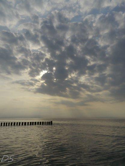 Himmelspanorama über dem Meer