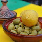 Kinderkochkurs in Marokko: Hühnchen-Tajine mit Salzzitrone und Oliven (+ Rezept)