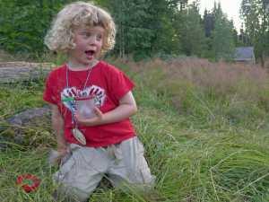Kleiner Junge mit Becherlupe im Wildniscamp am Falkenstein