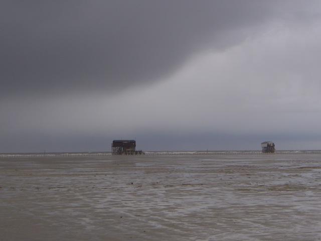 Schwarze Wolke über dem Strand, besser den Rückzug in die Zweite Heimat antreten