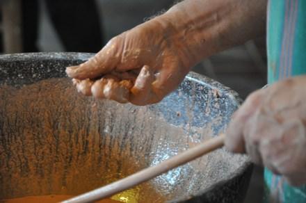 Prüfend reibt er die Flüssigkeit: Ist die Glasur schon fein genug gemahlen?
