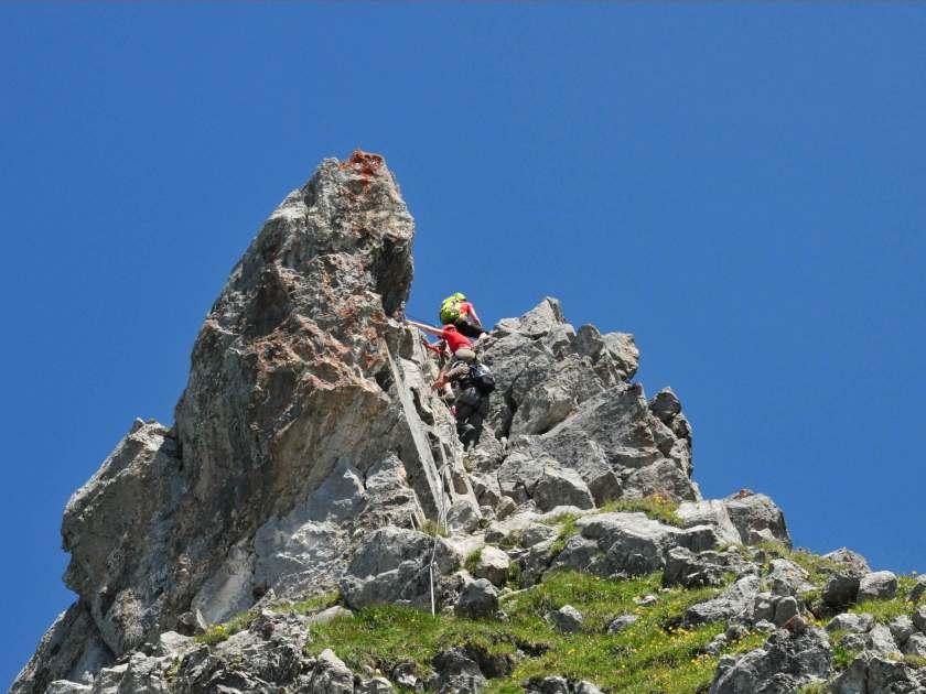 Kletterer überqueren eine Passage im Klettersteig Rigidalstock in der Schweiz